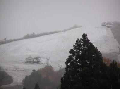 八海山麓スキー場のゲレンデが白くなりました