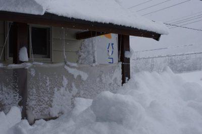パソコン教室くりっくの玄関前のテラスに屋根から落ちた雪